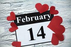 14 de febrero, el día de tarjeta del día de San Valentín, corazón del papel rojo Imágenes de archivo libres de regalías