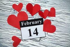 14 de febrero, el día de tarjeta del día de San Valentín, corazón del papel rojo Foto de archivo