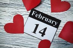 14 de febrero, el día de tarjeta del día de San Valentín, corazón del papel rojo Fotografía de archivo