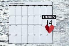 14 de febrero, el día de tarjeta del día de San Valentín, corazón del papel rojo Fotos de archivo