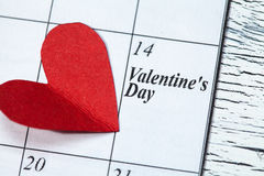 14 de febrero, el día de tarjeta del día de San Valentín, corazón del papel rojo Fotos de archivo libres de regalías