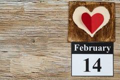 14 de febrero, el día de tarjeta del día de San Valentín, corazón del papel rojo Imagen de archivo