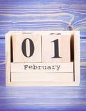 1 de febrero fecha del 1 de febrero en calendario de madera del cubo Foto de archivo libre de regalías