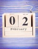 2 de febrero Fecha del 2 de febrero en calendario de madera del cubo Imagen de archivo libre de regalías