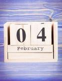 4 de febrero Fecha del 4 de febrero en calendario de madera del cubo Imagenes de archivo