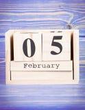 5 de febrero Fecha del 5 de febrero en calendario de madera del cubo Foto de archivo
