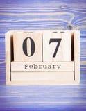 7 de febrero Fecha del 7 de febrero en calendario de madera del cubo Imagenes de archivo