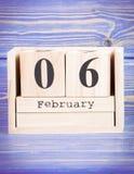 6 de febrero Fecha del 6 de febrero en calendario de madera del cubo Imagen de archivo