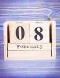 8 de febrero Fecha del 8 de febrero en calendario de madera del cubo Imagen de archivo libre de regalías