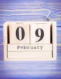 9 de febrero Fecha del 9 de febrero en calendario de madera del cubo Imagen de archivo libre de regalías
