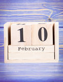 10 de febrero Fecha del 10 de febrero en calendario de madera del cubo Fotografía de archivo
