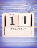 11 de febrero Fecha del 11 de febrero en calendario de madera del cubo Imagenes de archivo