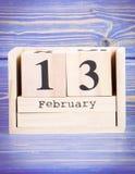 13 de febrero Fecha del 13 de febrero en calendario de madera del cubo Foto de archivo