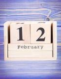 12 de febrero Fecha del 12 de febrero en calendario de madera del cubo Fotografía de archivo
