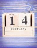14 de febrero Fecha del 14 de febrero en calendario de madera del cubo Imagen de archivo