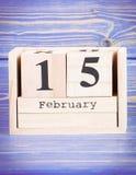 15 de febrero Fecha del 15 de febrero en calendario de madera del cubo Imagen de archivo libre de regalías