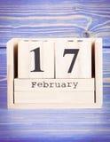 17 de febrero Fecha del 17 de febrero en calendario de madera del cubo Fotografía de archivo