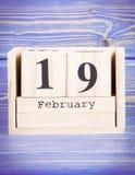 19 de febrero Fecha del 19 de febrero en calendario de madera del cubo Imágenes de archivo libres de regalías