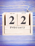 22 de febrero Fecha del 22 de febrero en calendario de madera del cubo Imágenes de archivo libres de regalías