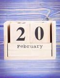 20 de febrero Fecha del 20 de febrero en calendario de madera del cubo Foto de archivo
