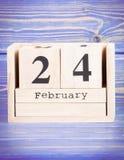 24 de febrero Fecha del 24 de febrero en calendario de madera del cubo Imagenes de archivo