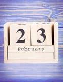 23 de febrero Fecha del 23 de febrero en calendario de madera del cubo Foto de archivo libre de regalías
