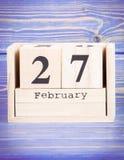 27 de febrero Fecha del 27 de febrero en calendario de madera del cubo Fotografía de archivo libre de regalías