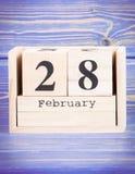 28 de febrero Fecha del 28 de febrero en calendario de madera del cubo Foto de archivo libre de regalías