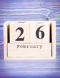 26 de febrero Fecha del 26 de febrero en calendario de madera del cubo Foto de archivo
