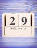 29 de febrero Fecha del 29 de febrero en calendario de madera del cubo Fotos de archivo