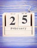 25 de febrero Fecha del 25 de febrero en calendario de madera del cubo Fotografía de archivo libre de regalías