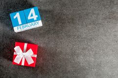14 de febrero - fondo romántico del día de San Valentín con el regalo y el calendario del mes 14, visión superior de febrero con  Fotografía de archivo libre de regalías