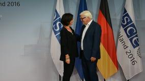 De federale Minister van Buitenlandse Zaken Dr Frank-Walter Steinmeier heet Christine Muttonen welkom stock videobeelden