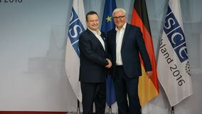 De federale Minister van Buitenlandse Zaken Dr Frank-Walter Steinmeier heet Ivica Dacic welkom stock videobeelden