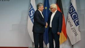 De federale Minister van Buitenlandse Zaken Dr Frank-Walter Steinmeier stemt in met Erlan Abdyldaev stock videobeelden