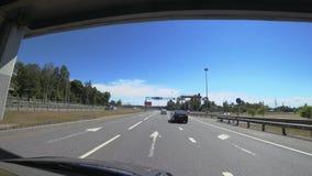 De federale Weg ` Scandinavië ` is een weg bij de ingang aan St. Petersburg, Rusland stock footage