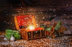 De fee van de Kerstmiswinter met fantasiemirakel in geopende borsttrea royalty-vrije stock afbeelding
