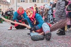 De feeheks in rood blauw kostuum met zit in de straat Straat Carnaval in zuidelijk Duitsland - Zwart Bos stock fotografie