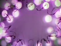 De feestelijke achtergrond van lint, schittert en bokeh op witte achtergrond stock afbeelding