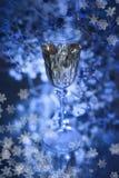 De feestelijke atmosfeer in de avond met een glas van champagne en een regenboog kleurde bokeh Stock Afbeeldingen