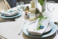 De feestelijke die lijst van Pasen en van de lente in blauwe en witte tonen in natuurlijke rustieke stijl, met eieren, konijntje, royalty-vrije stock afbeelding