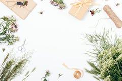 De feestelijke die vlakte legt kader van rustieke vieringselementen wordt gemaakt Stock Foto