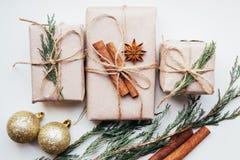 De feestelijke dozen als Kerstmis huidig met lintboog en spar vertakken zich op witte achtergrond Royalty-vrije Stock Afbeeldingen
