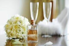De feestelijke geplaatste symbolen van het huwelijk Stock Afbeelding
