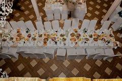 De feestelijke lijst met gastronomisch voedsel wordt geplaatst in een koffie of een restaurant, hoogste mening stock foto