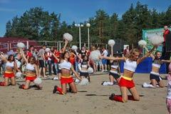 De feestelijke prestaties van jonge mooie meisjes van het cheerleading van atleten steunen groepsduizeligheid (duizeligheid) Royalty-vrije Stock Foto