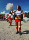De feestelijke prestaties van jonge mooie meisjes van het cheerleading van atleten steunen groepsduizeligheid (duizeligheid) Stock Foto's