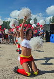 De feestelijke prestaties van jonge mooie meisjes van het cheerleading van atleten steunen groepsduizeligheid (duizeligheid) Stock Foto