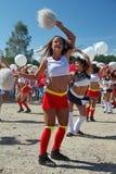 De feestelijke prestaties van jonge mooie meisjes van het cheerleading van atleten steunen groepsduizeligheid (duizeligheid) Royalty-vrije Stock Afbeeldingen