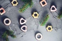 De feestelijke sparren van het achtergrond kleurrijke bevroren koekjestakje Stock Foto's